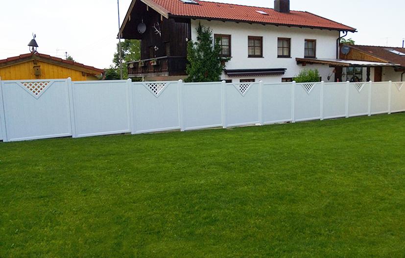 Einfriedung mit Sichtschutz in Weiß