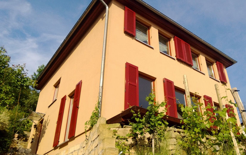 Fensterladenladen aus Aluminium in Rot als Faltladen