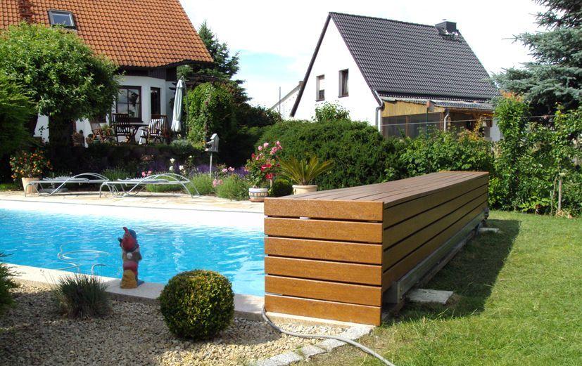 Außenverkleidung aus PVC-Kunststoff in golden-oak-Holzoptik als Poolabdeckung