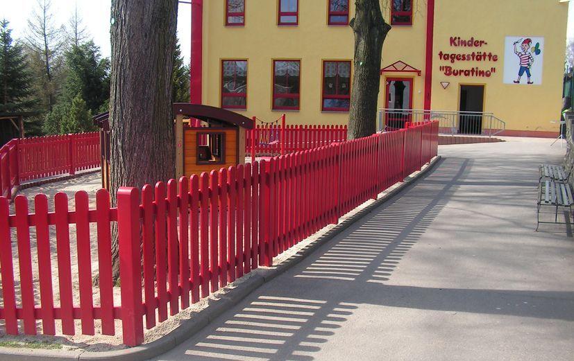 Kunststoffzaun in rot als Abgrenzung in einem Kindergarten
