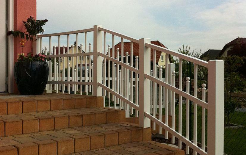 Zaun aluminium weiss treppe einfamilienhaus.jpg