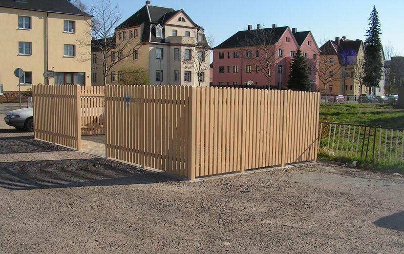 Mülltonneneinhausung aus PVC-Kunststoff in Hellbraun
