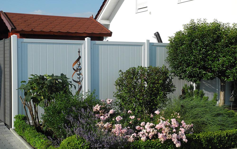 weißer sichtschutz aus Kunststoff als Trennwand für den Garten