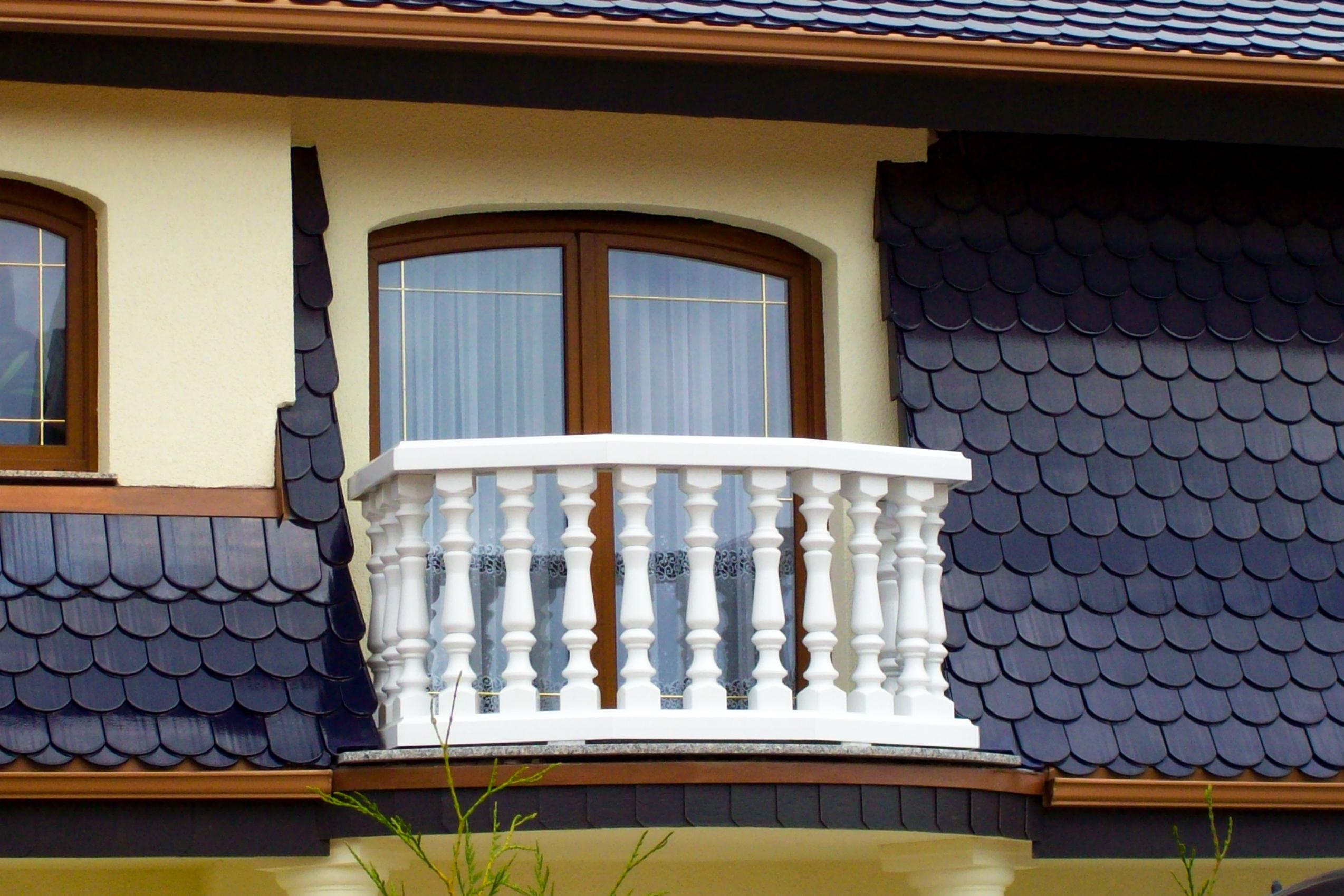 Balustrade aus PVC-Kunststoff in weiß mit Blende