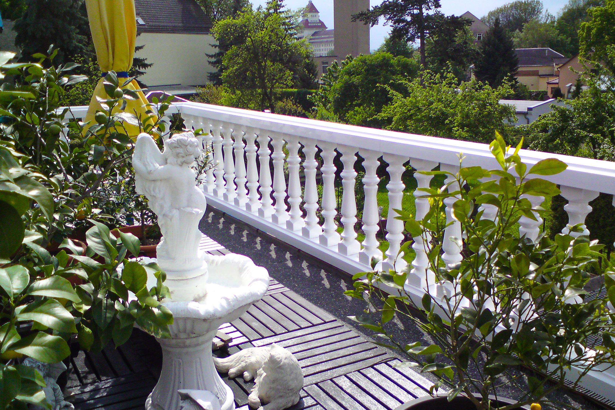 Balustrade aus PVC-Kunststoff in weiß als Terrassebegrenzung