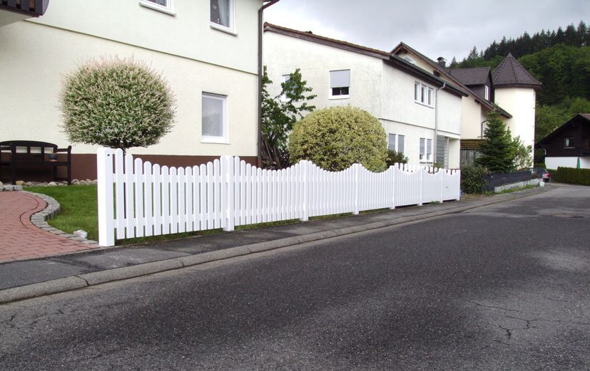 Kunststoffzaun aus PVC-Kunststoff in weiß mit Unterbogen