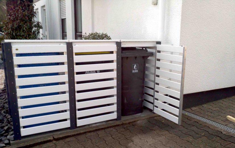 Mülltonnenbox aus PVC-Kunststoff in weiß-braun
